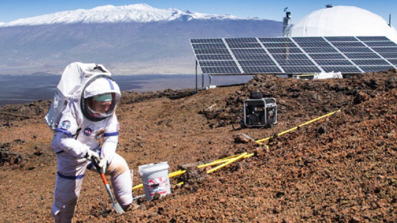 Podróż na zewnątrz kopuły będzie wymagała skafandra (fot. Neil Scheibelhut, HI-SEAS, University of Hawaii)