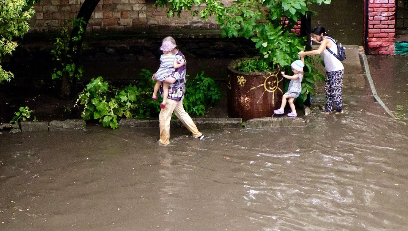 Ratownicy ewakuowali 18 osób z podtopionych domów (fot. Maxym Marusenko/Nur/Getty Images)