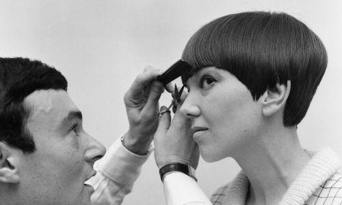 Nowoczesny image kobiet z lat 60. dopełniała fryzura, której wzorzec dawała sama Mary Quant: z długą grzywką, za to z tyłu przystrzyżona bardzo krótko przez głośnego w tamtej epoce fryzjera-innowatora Vidala Sassoona (oboje na zdjęciu, 12 listopada 1964 rok). Fot. Daily Mirror / Mirrorpix / Mirrorpix via Getty Images