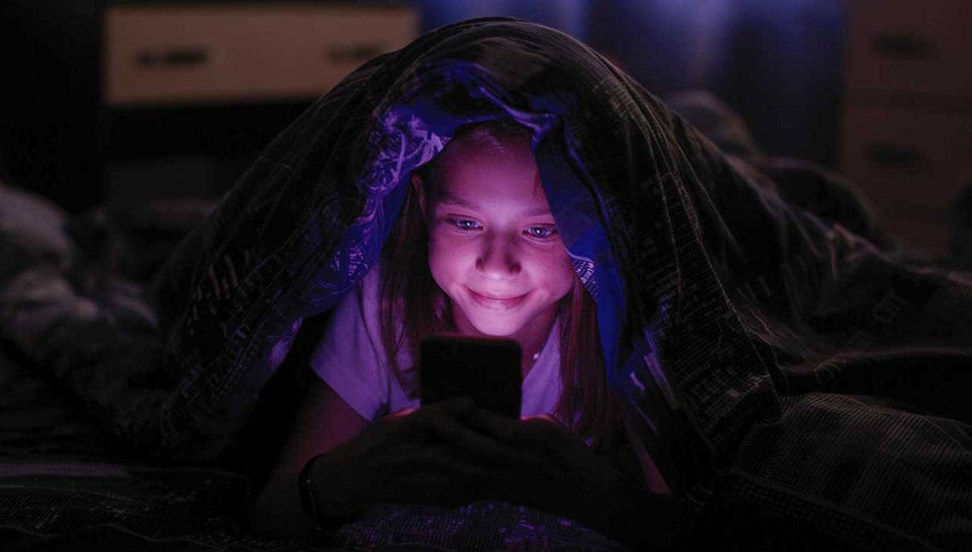Psychiatrzy zastrzegają, że należy unikać korzystania z urządzeń elektronicznych na godzinę przed pójściem spać (fot. Shutterstock/De Visu)