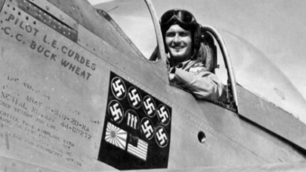 Louis Curdes w samolocie P-51D Mustang (fot. Pima Air and Space Museum / domena publiczna)