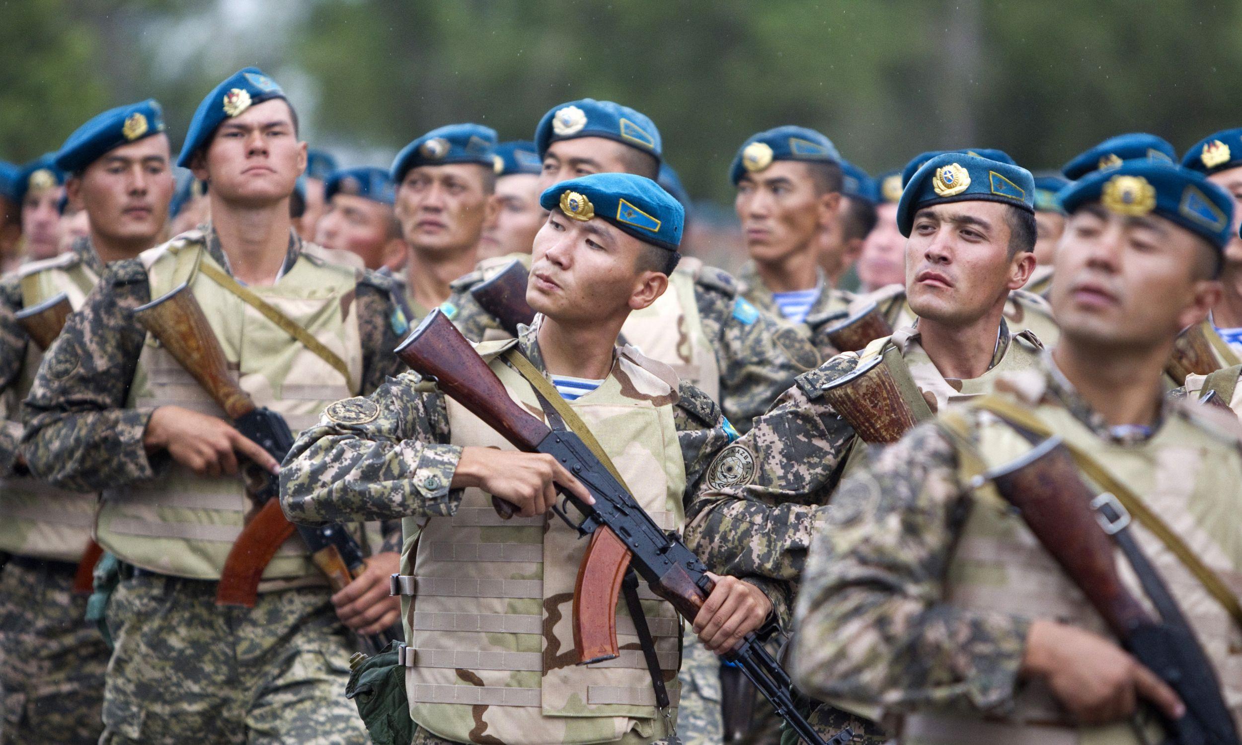 Żołnierze armii Kazachstanu podczas inauguracji manewrów pod Ałmatami, rok 2011. Fot. REUTERS/Shamil Zhumatov