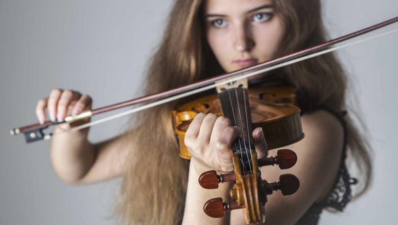 Osoby osoby uczęszczające na specjalistyczne zajęcia muzyczne, obejmujące m.in. naukę gry na instrumencie, zdobywają na egzaminach znacznie więcej punktów (fot. Shutterstock/Albina Tiplyashina)