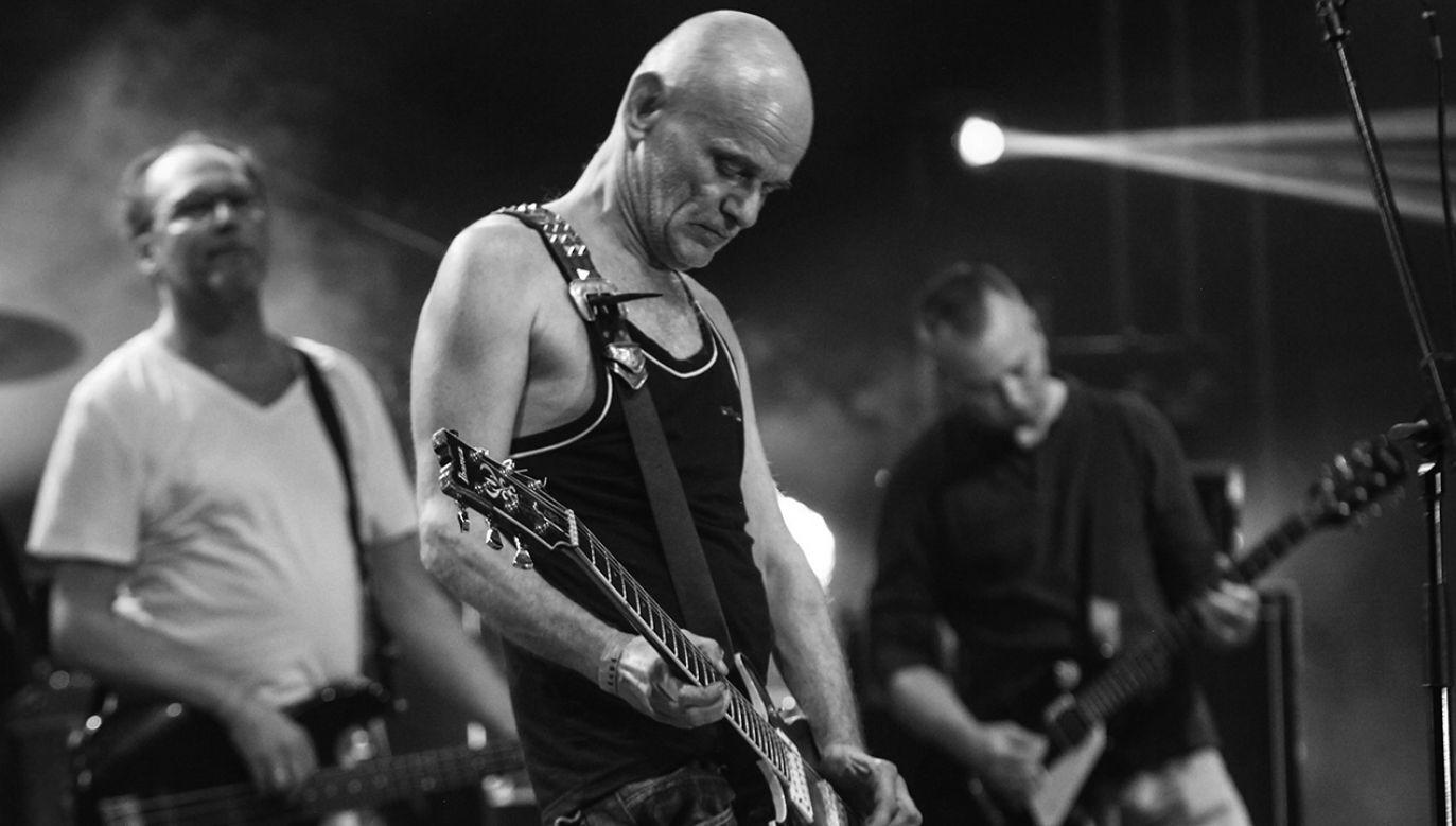 Robert Brylewski i zespół Izrael podczas koncertu (fot. arch. PAP/Jakub Kamiński)