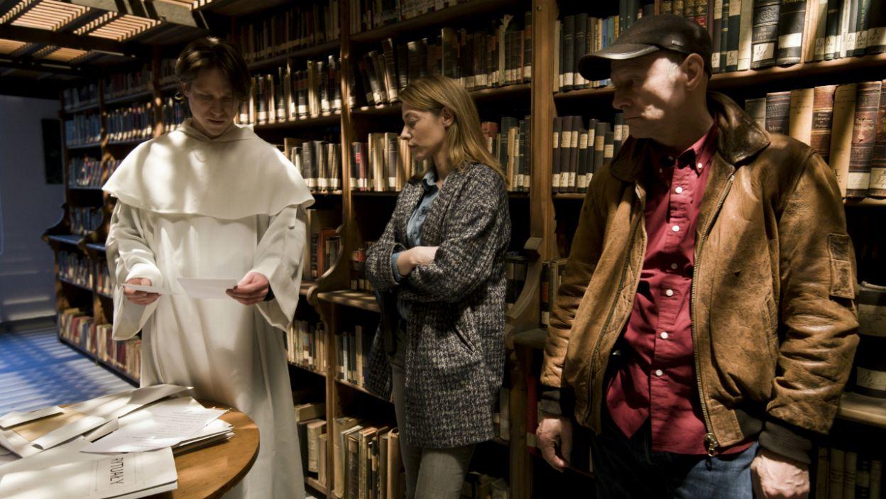 Ksiądz z Ośrodka Przeciwdziałania Sektom odczytuje napis – Otwórzcie się wrota Thule (fot. Krzysztof Wiktor)