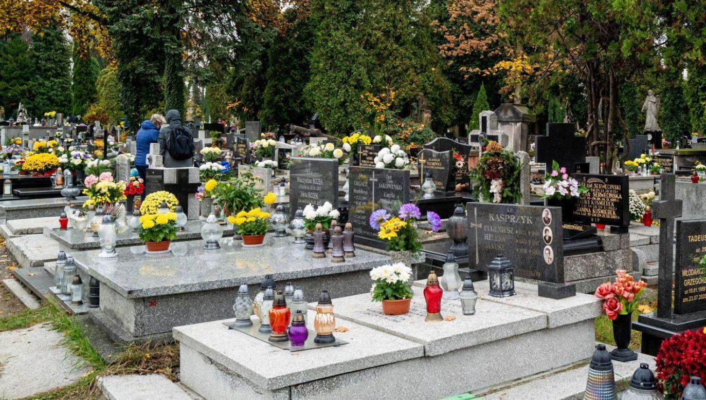 Nie wszyscy zdążyli odwiedzić groby swoich bliskich (fot. PAP/Andrzej Grygiel)