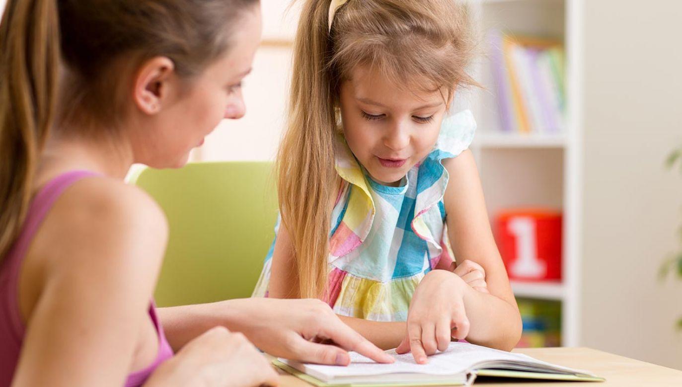 W przedszkolach i klasach I-III szkół podstawowych nadal są zajęcia stacjonarnie (fot. Shutterstock/Oksana Kuzmina)