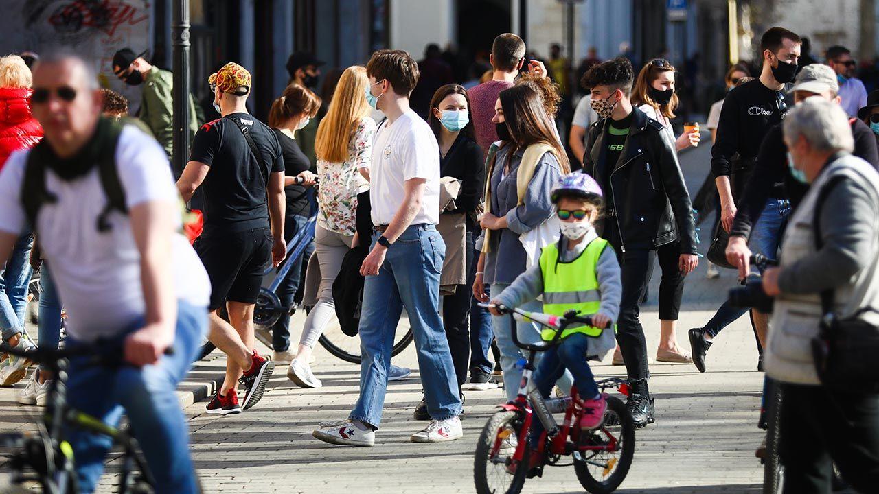 Obowiązek noszenia masek na zewnątrz nie zostanie zniesiony (fot. Beata Zawrzel/NurPhoto via Getty Images)
