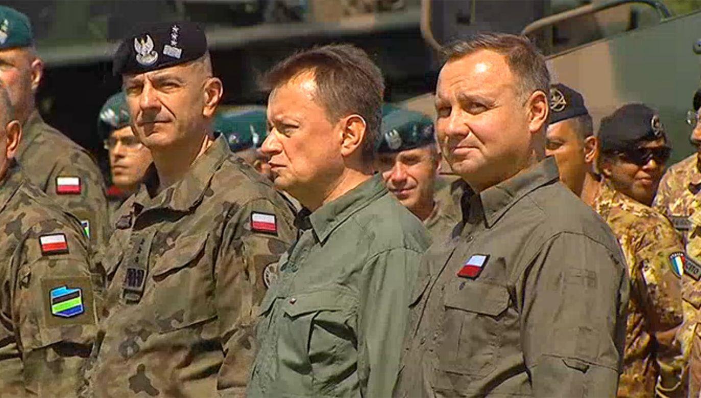 Prezydent Andrzej Duda (P)  wręczył nominacje generalskie podczas uroczystości w Orzyszu (fot. TVP Info)