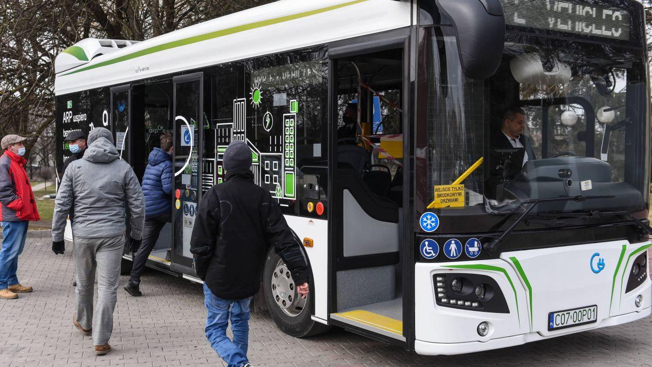 Chełm. Autobus elektryczny ARP E-VEHICLES (fot. PAP/Wojtek Jargiło)