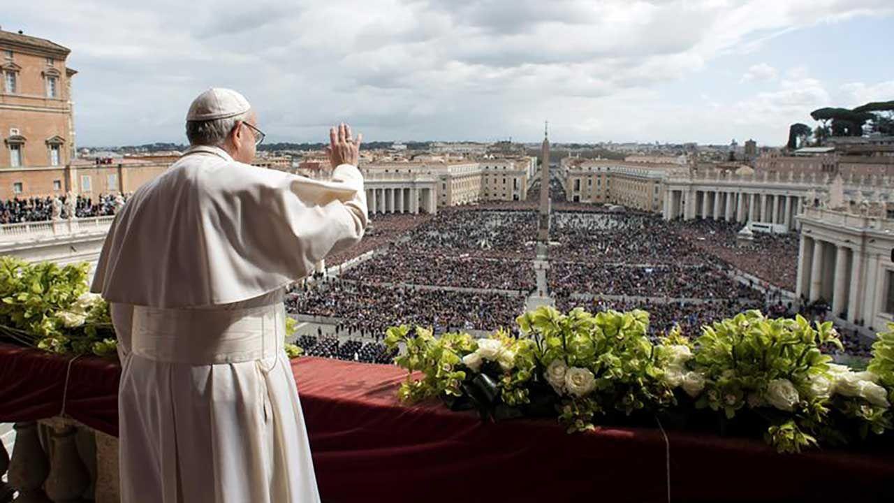 Papież Franciszek macha wiernym z balkonu wychodzącego na Plac Świętego Piotra w Watykanie (fot. REUTERS/Osservatore Romano)