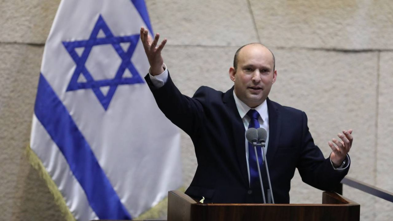 Nacjonalista Naftali Bennett pokieruje rządem koalicyjnym (fot. PAP/EPA/ABIR SULTAN)