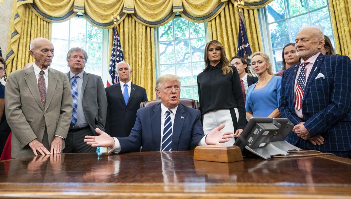 Prezydent Donald Trump wita astronautów Buzza Aldrina, Michaela Collinsa oraz rodzinę Neila Armstronga (fot. PAP/EPA/JIM LO SCALZO)