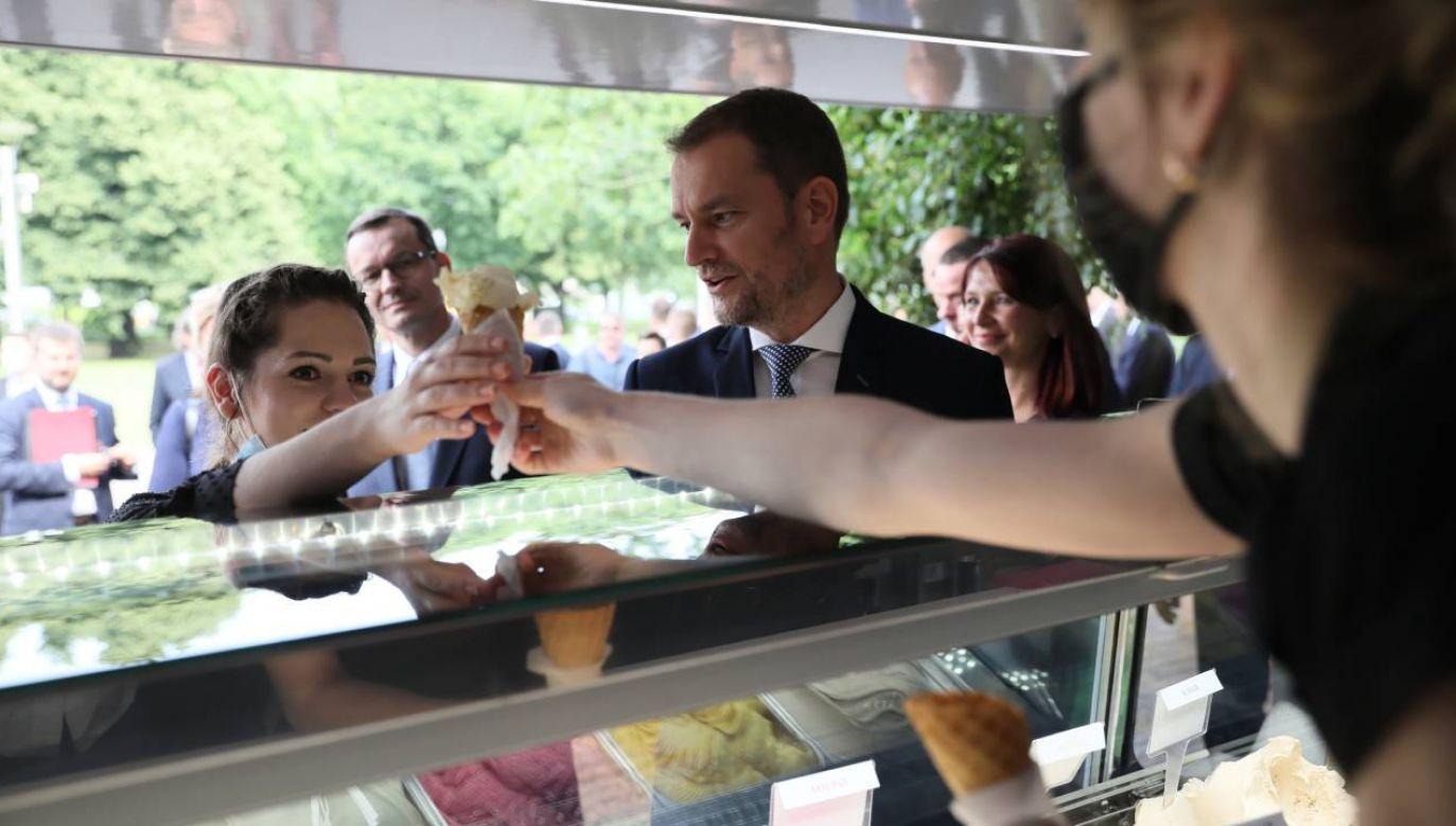 Premierzy Polski Mateusz Morawiecki (C) oraz Słowacji Igor Matović (3P) w wybrali się na lody z dziećmi z domów dziecka (fot. PAP/Leszek Szymański)