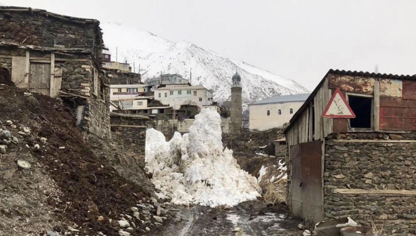 Lawina w okolicy wioski Tsakhur w Rosji(fot. Russian Emergencies Ministry\TASS\Getty Images)