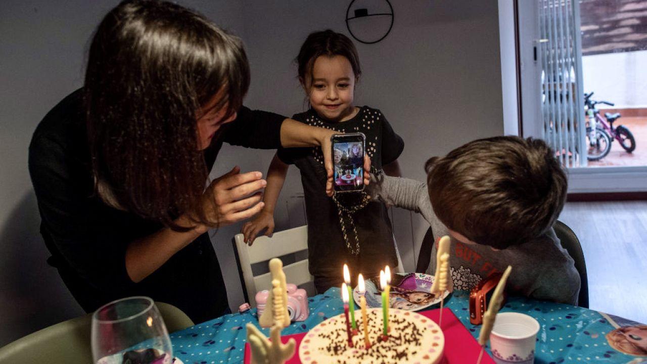 Matkom do 30 lat w Madrycie będzie przyznana pomoc finansowa (fot. David Ramos/Getty Images, zdjęcie ilustracyjne)