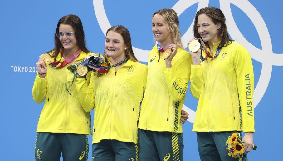 Kaylee McKeown (pierwsza z lewej) i Emma McKeon (trzecia od lewej) były najmocniejszymi punktami australijskiej sztafety (fot. Getty)