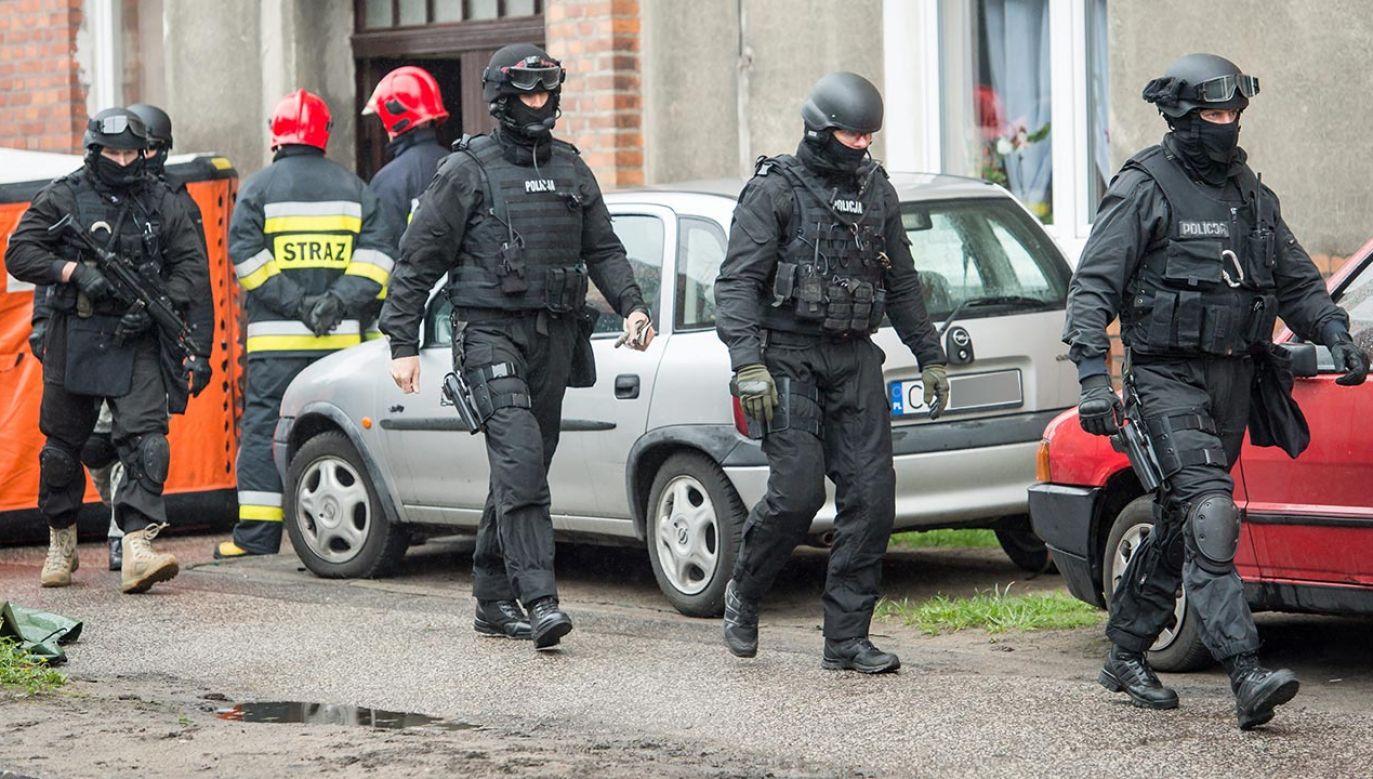 Na miejscu jest zespół negocjatorów , który prowadzi rozmowy z mężczyzną (fot. PAP/Tytus Żmijewski)