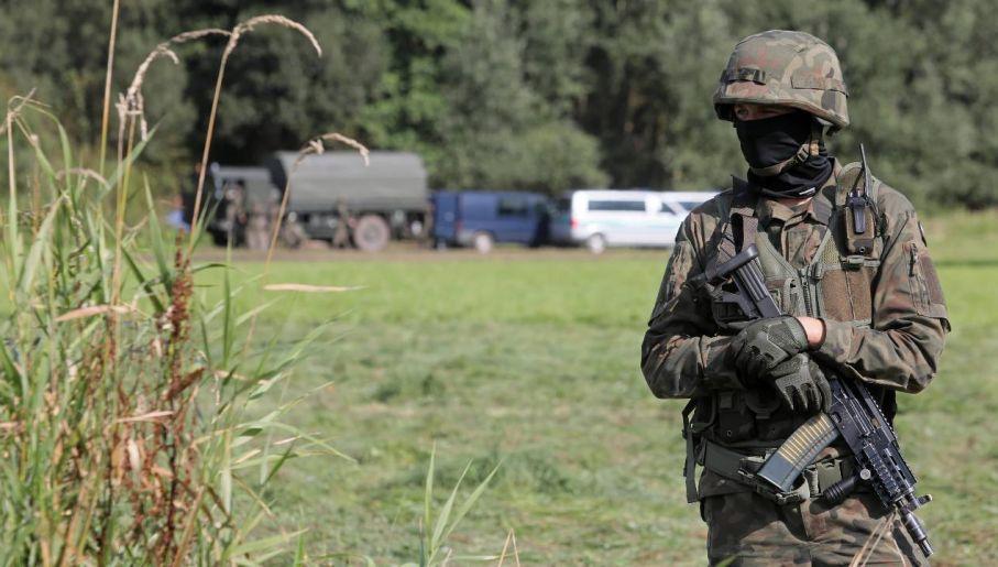 """Kryzys migracyjny jest elementem stosowanej przez Rosję """"wojny hybrydowej"""" (fot. PAP/Artur Reszko)"""
