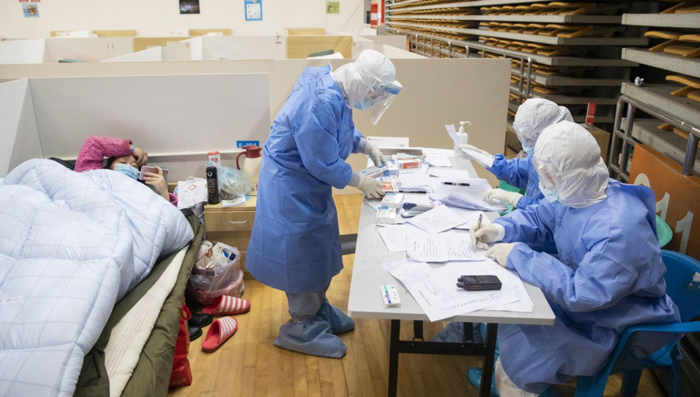 Prowizoryczny szpital, który leczy pacjentów w mieście Wuhan (fot. PAP/EPA/STRINGER CHINA OUT)