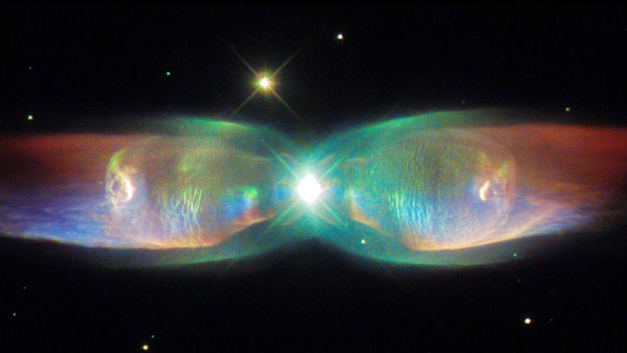 Twin Jet Nebula zachwyca swoim kształtem i kolorami (fot. za: youtube.com/HubbleESA)