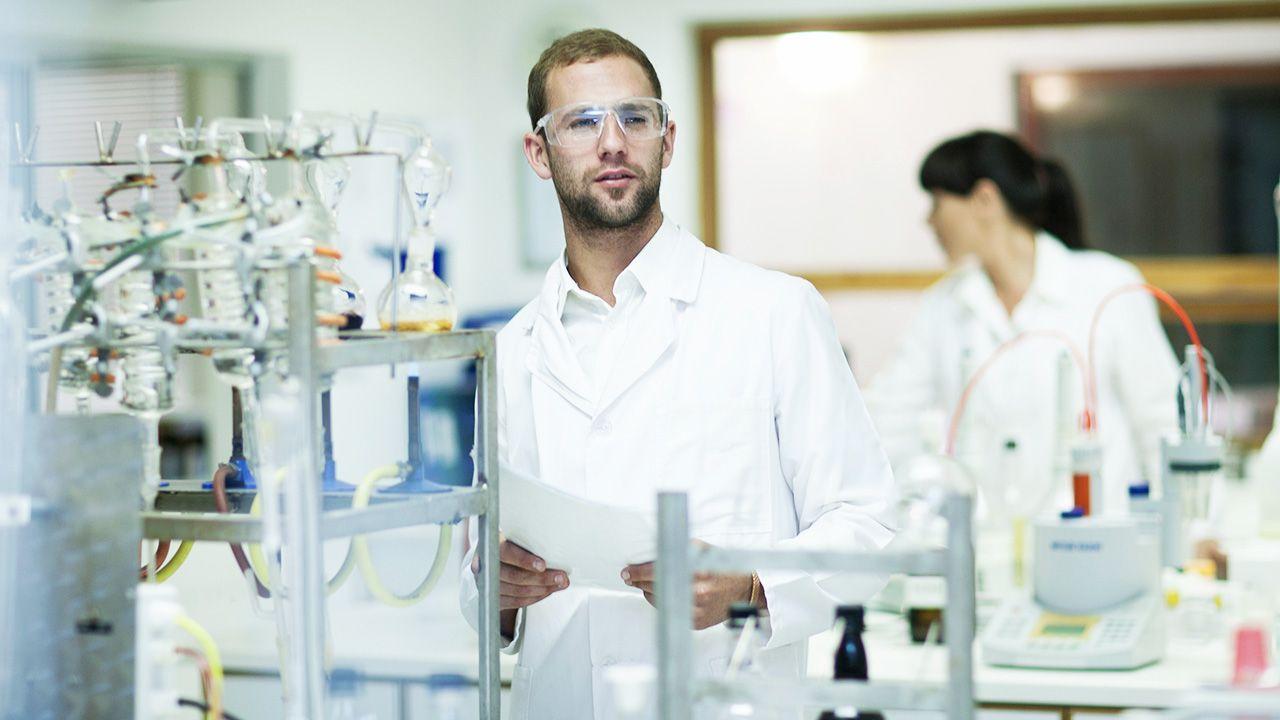 Aby zapobiec rozprzestrzenieniu się choroby, zaszczepionych zostanie około 700 pracowników (fot. Shutterstock/Image Source Trading Ltd)