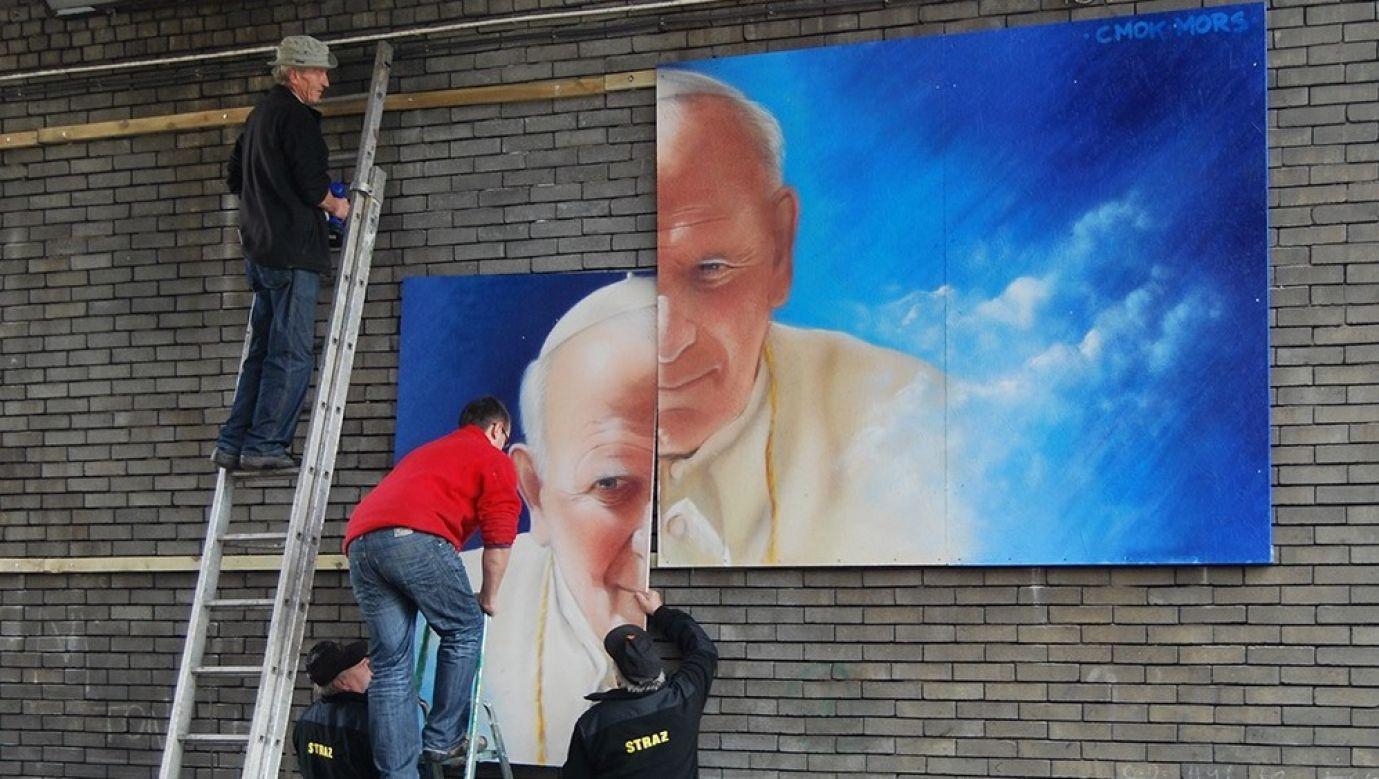 O wykonanie portretu papieża poprosił Mgr. Morsa znajomy Marek z Knurowa w województwie dolnośląskim, który chorował na raka. Jego kuzyn Dawid Cmok wykonał napisy i malował wraz z artystą tło. Instalacja miała około 20 metrów kwadratowych i ostatecznie zawisła pod jednym z wiaduktów – w jej umieszczeniu pomagali miejscowi strażacy. Fot. archiwum Mariusza Brodowskiego