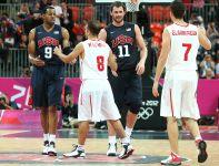 Tunezyjczycy gratulują Amerykanom zwycięstwa (fot. Getty Images)