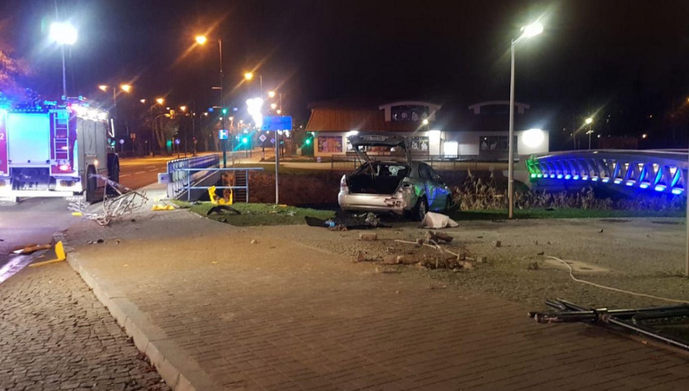 Auto znaleziono pod wodą kilka metrów od brzegu (fot. KPP Ełk)