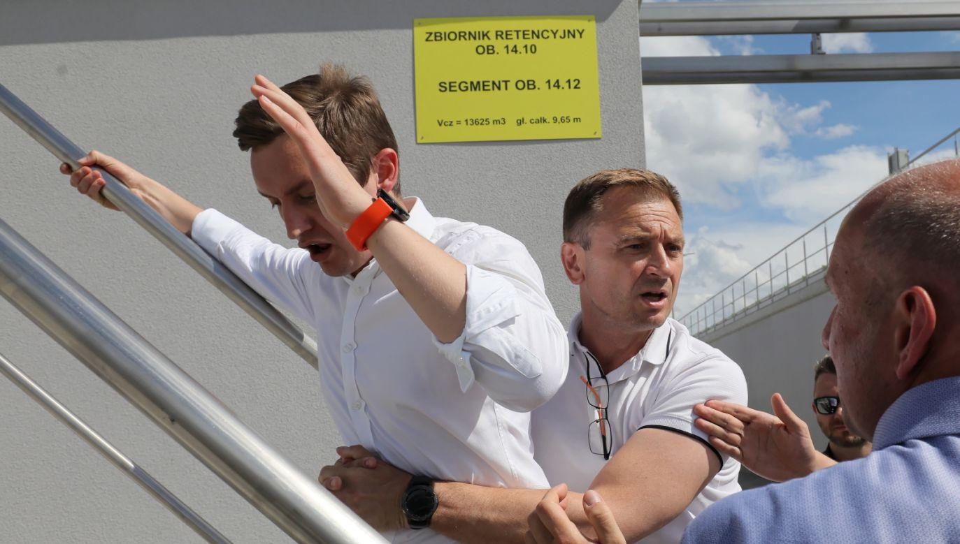 Wiceminister sprawiedliwości Sebastian Kaleta (L) powstrzymywany przez posła KP KO Sławomira Nitrasa (fot. PAP/Paweł Supernak)