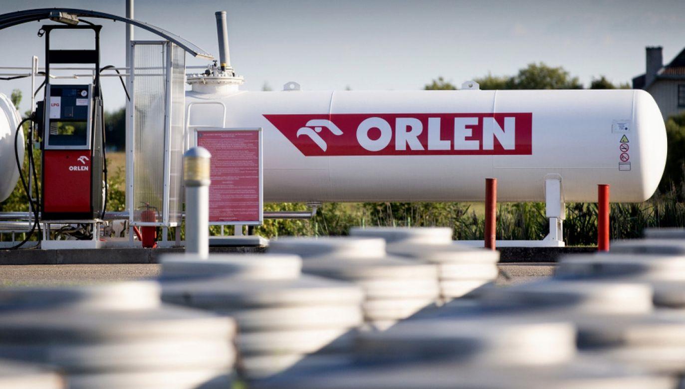 Opozycja atakuje Orlen (fot. Shutterstock/Karolis Kavolelis)