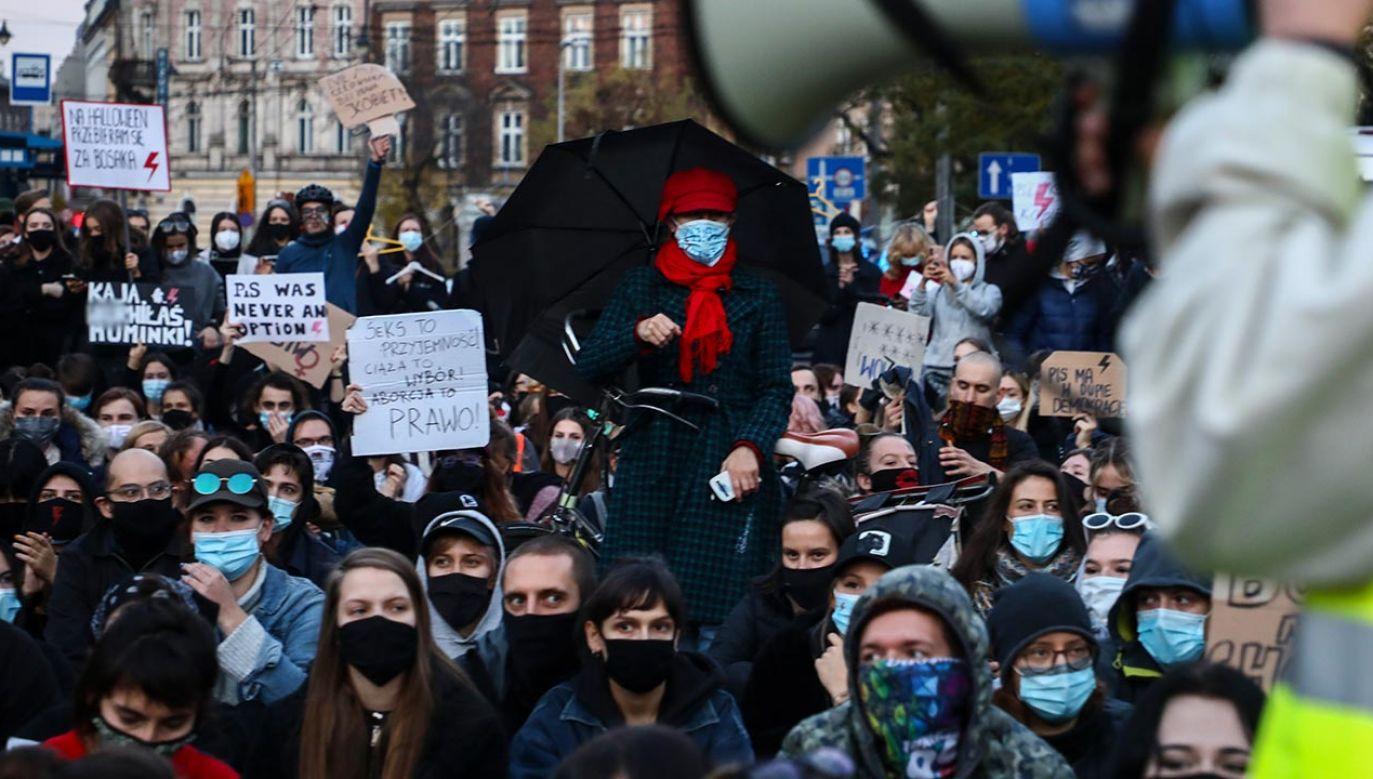Demonstranci wykrzykują wulgarne hasła (fot. Beata Zawrzel/NurPhoto via Getty Images)