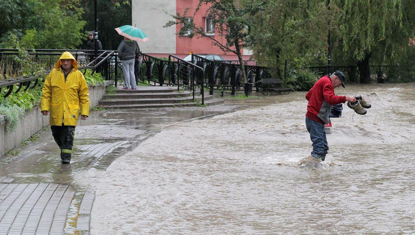 Miejscami może spaść nawet 35 litrów wody na metr kwadratowy (fot.  PAP/Tomasz Waszczuk)