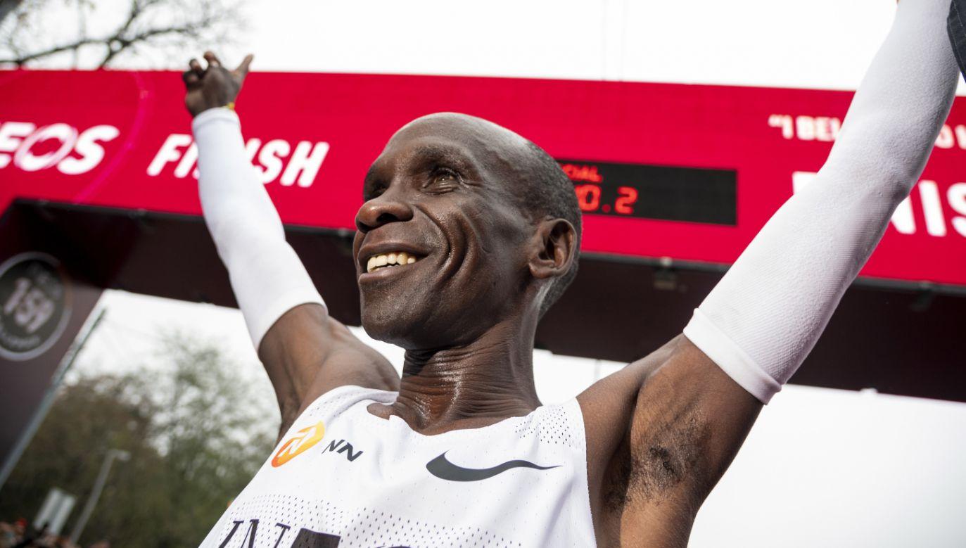 Kenijczyk Eliud Kipchoge na mecie (fot. PAP/EPA/CHRISTIAN BRUNA)