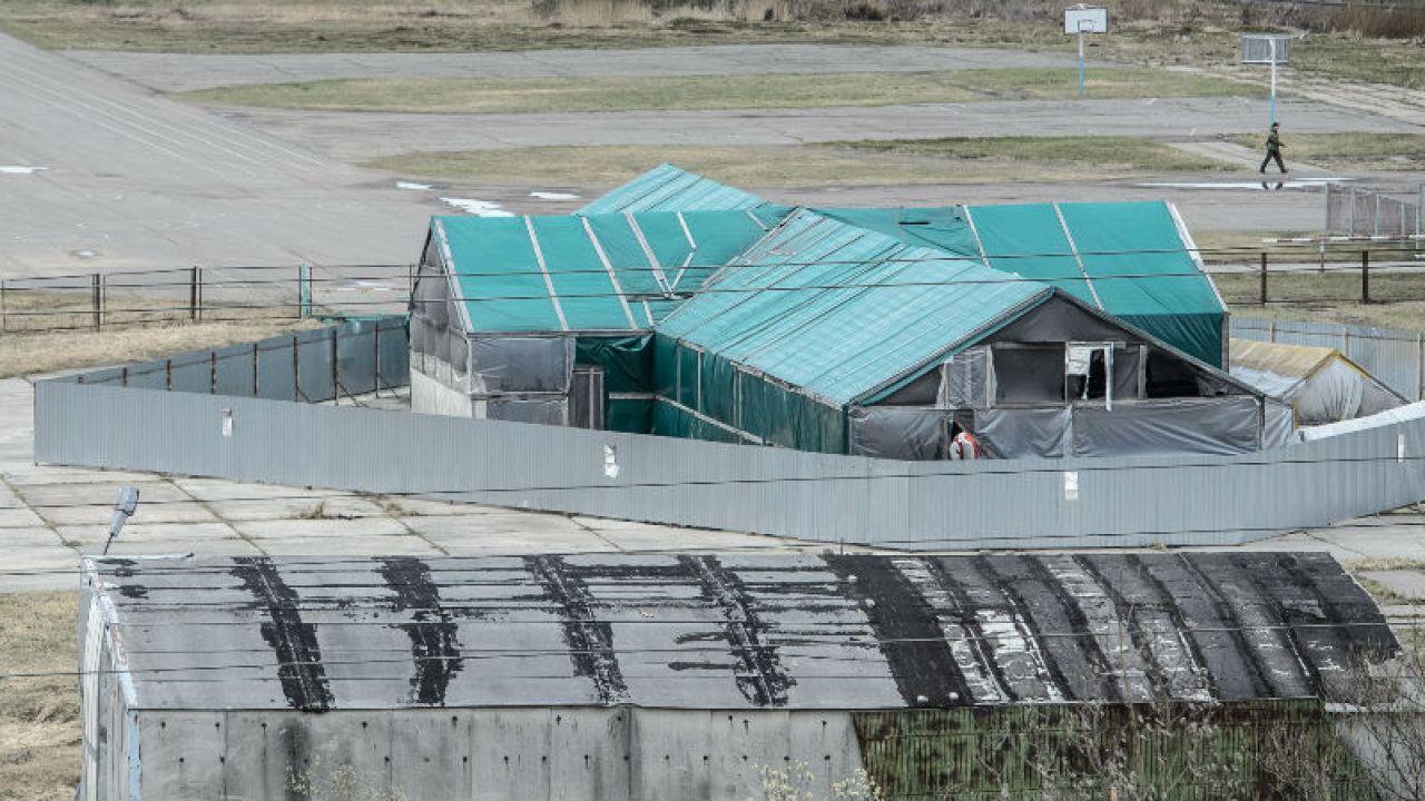 Hangar, w którym znajduje się wrak samolotu prezydenckiego Tu-154M, na terenie lotniska wojskowego w Smoleńsku (fot.  PAP/Wojciech Pacewicz)