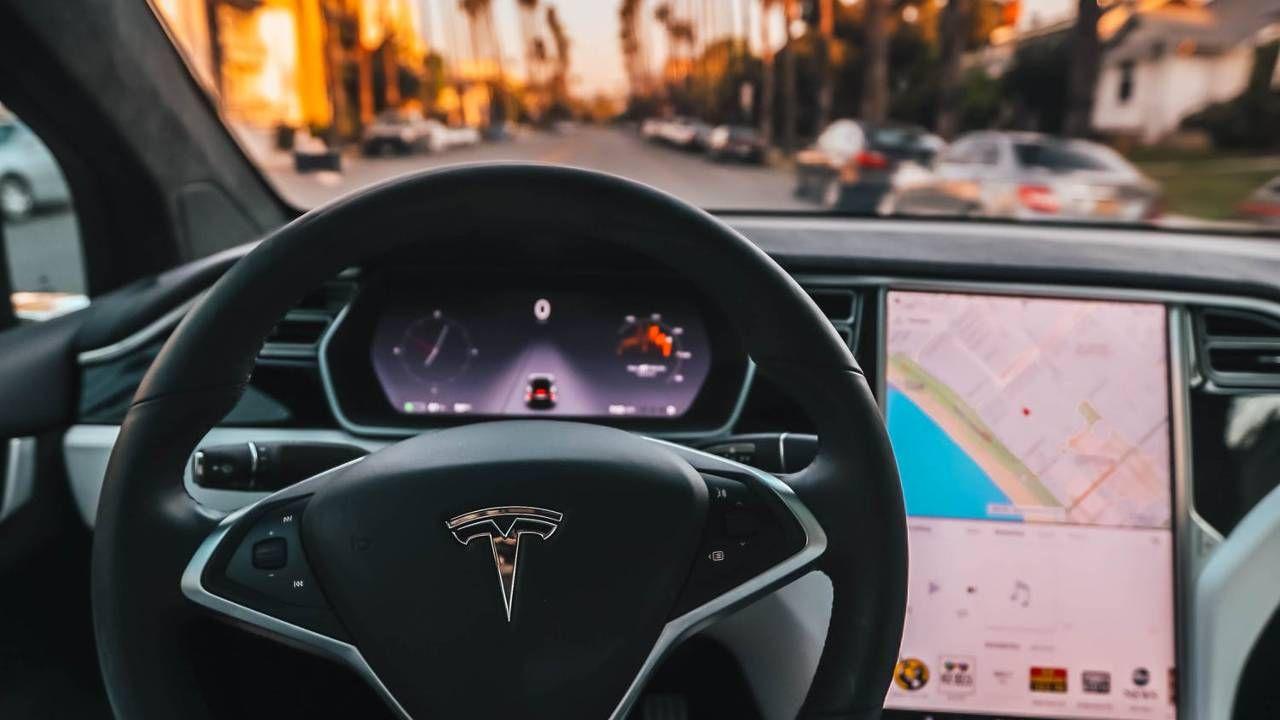 Auta marki Tesla mogą działać w czwartym poziomie jazdy autonomicznej (fot. Pexels)