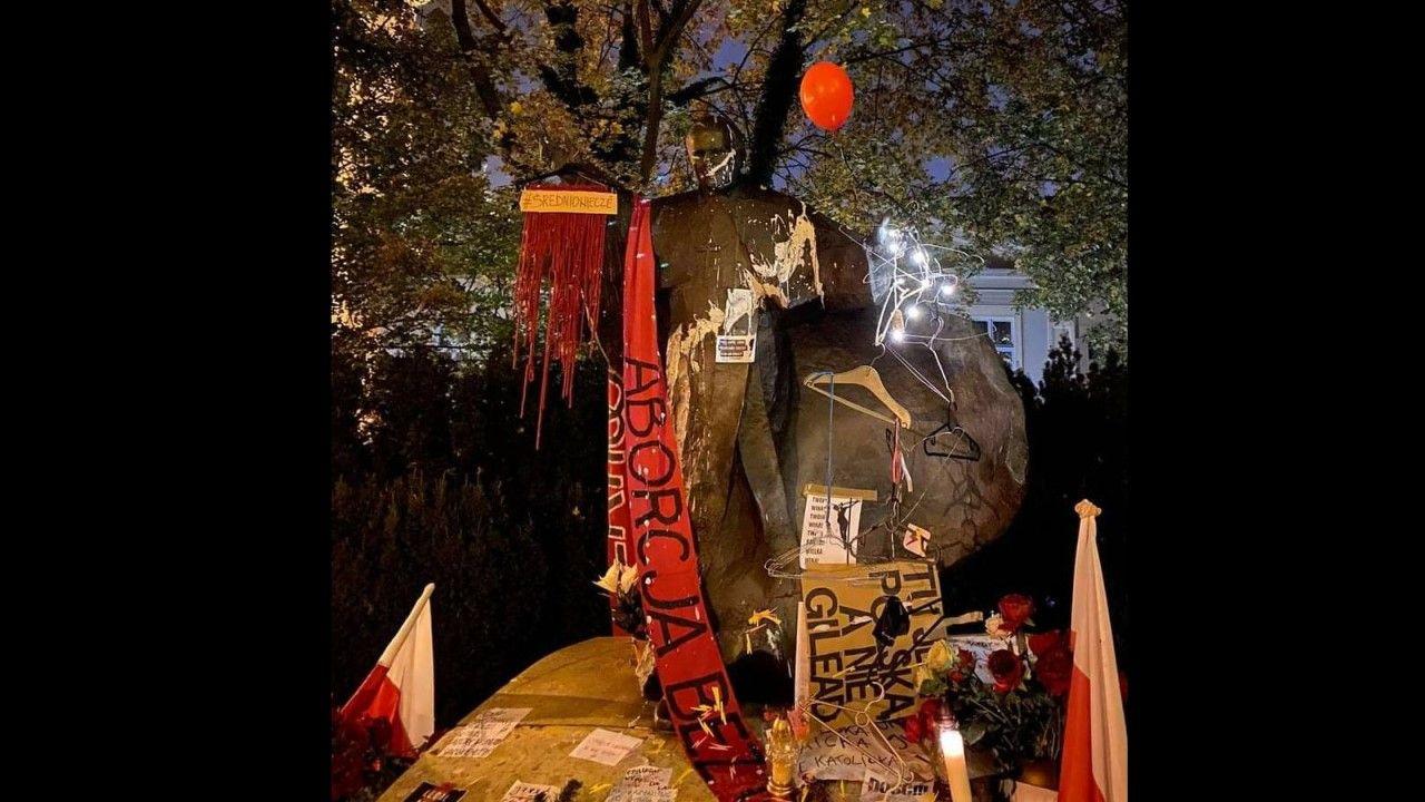 Pomnik św. Jana Pawła II znajduje sie kilkadziesiąt metrów od wejścia do Bazyliki archikatedralnej Świętych Apostołów Piotra i Pawła w Poznaniu (fot. Gdański Komisarz @GKomisarz / Twitter)