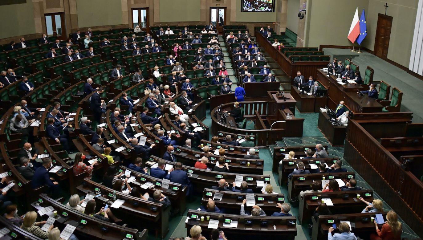 Wg CBOS wzrost poparcia odnotowała formacja rządząca (fot. PAP/Marcin Obara)