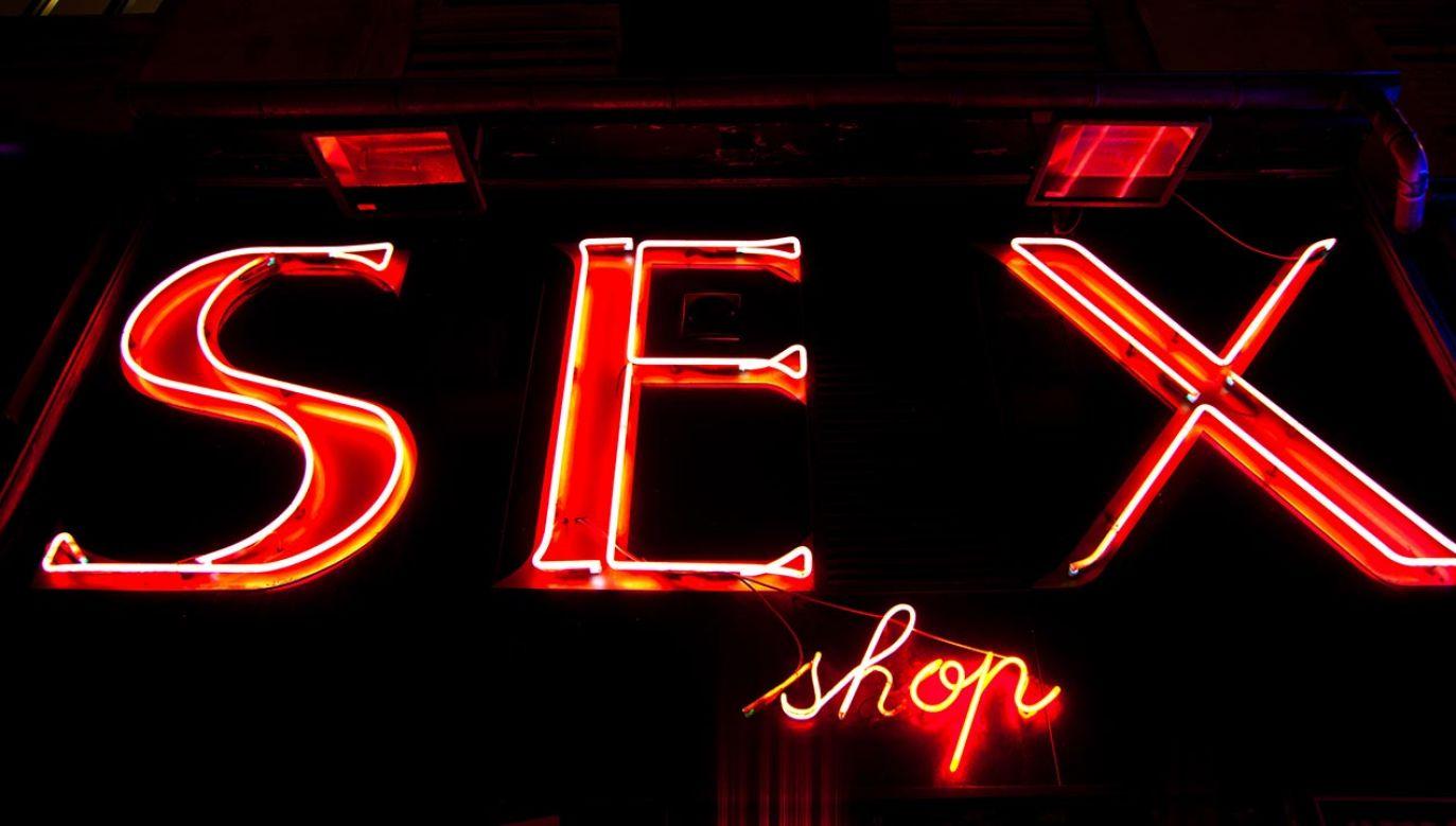 30-latek wybił szybę, by zabrać wybrane wcześniej akcesoria erotyczne (fot. Shutterstock/Paolo Gallo)
