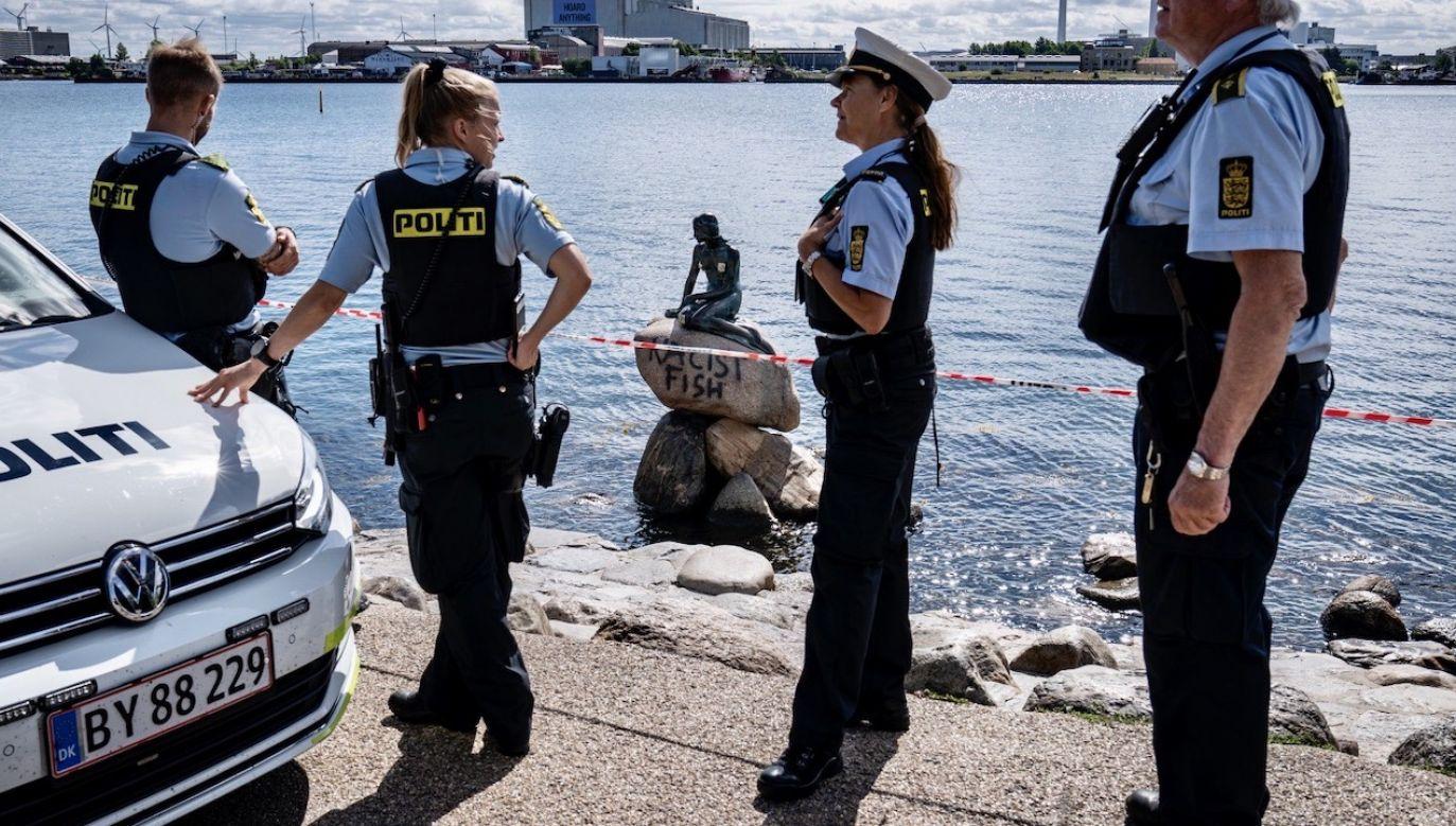 """W piątek zauważono zniszczenie kamienia, na którym znajduje się pomnik baśniowej postaci – """"Małej Syrenki""""(fot. PAP/EPA/NIELS CHRISTIAN VILMANN)"""