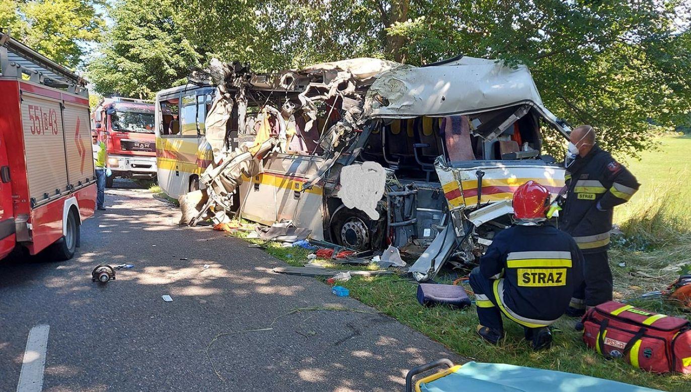 Policjanci ustalili, że autobus nagle jechał z drogi i uderzył w drzewo (fot. Facebook/OSP Gniewino)