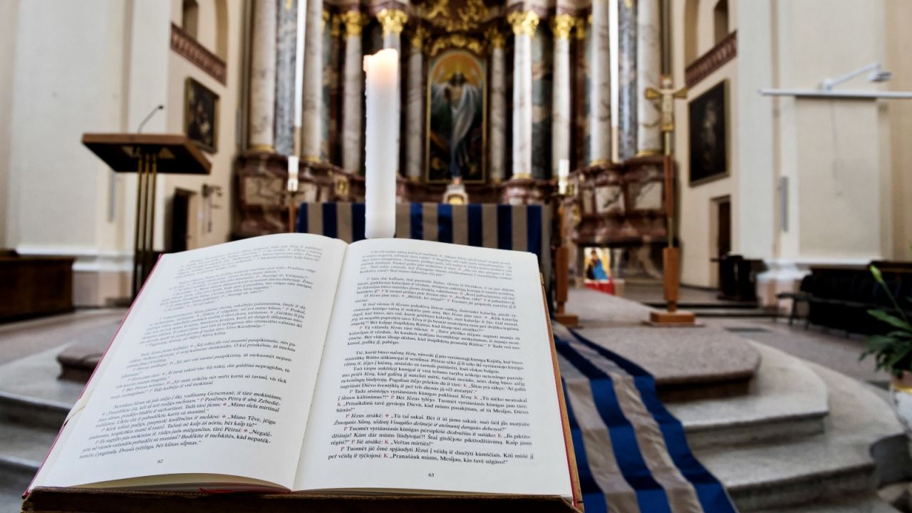 W okresie od 1 kwietnia do 11 kwietnia w mszach czy pogrzebach może uczestniczyć do 5 osób (fot. PAP/Valdemar Doveiko)