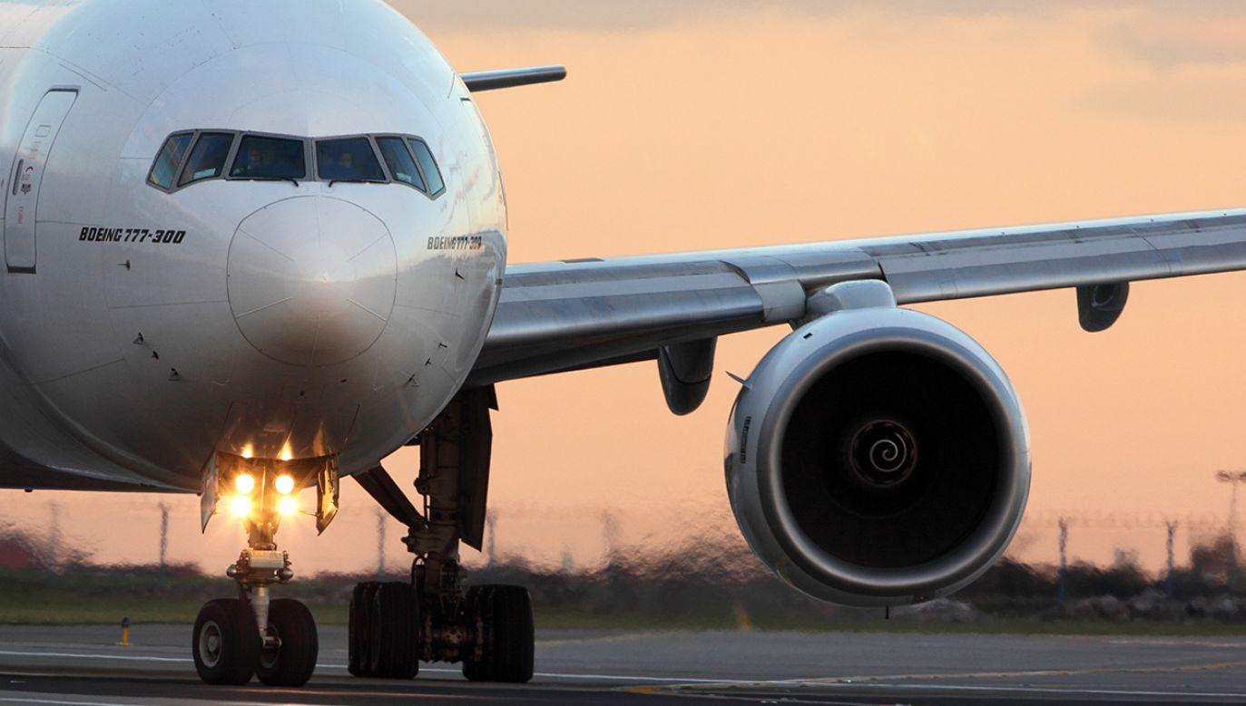 Samolot z ponad 200 osobami na pokładzie został zmuszony do podjęcia próby awaryjnego lądowania na lotnisku Szermietiewo w Moskwie (fot. Shutterstock/Fasttailwind)