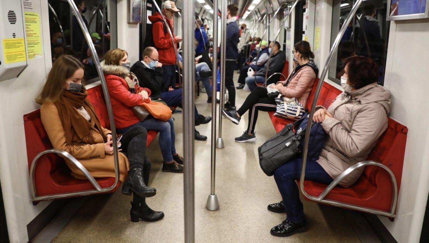 Ocenie poddano m.in. ograniczenie liczby pasażerów w komunikacji publicznej (fot. PAP/Rafał Guz)