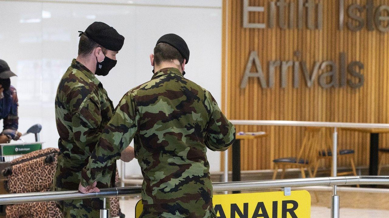 Żołnierze Óglaigh na hÉireann (Irlandzie Siły Obronne) na lotnisku w Dublinie (fot. Brian Lawless/PA Images via Getty Images)