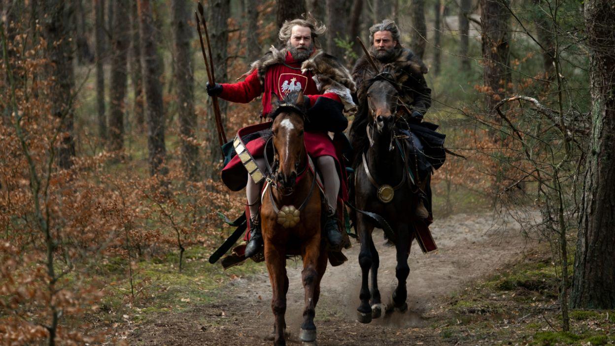 Królowi zależało, aby to właśnie on upolował jelenia (fot. TVP)
