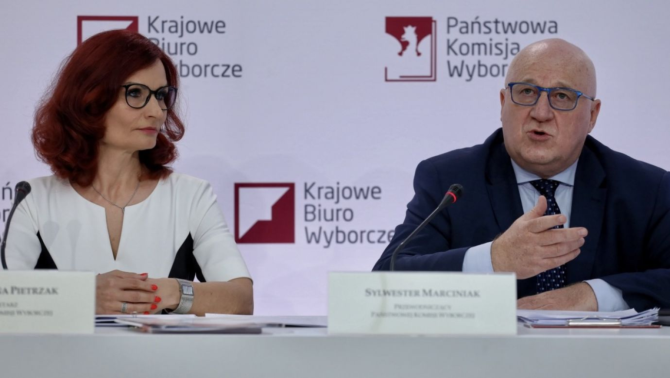 Przewodniczący Państwowej Komisji Wyborczej sędzia Sylwester Marciniak (P) oraz szefowa Krajowego Biura Wyborczego Magdalena Pietrzak (L) podczas konferencji prasowej w siedzibie PKW w Warszawie (fot. PAP/Paweł Supernak)
