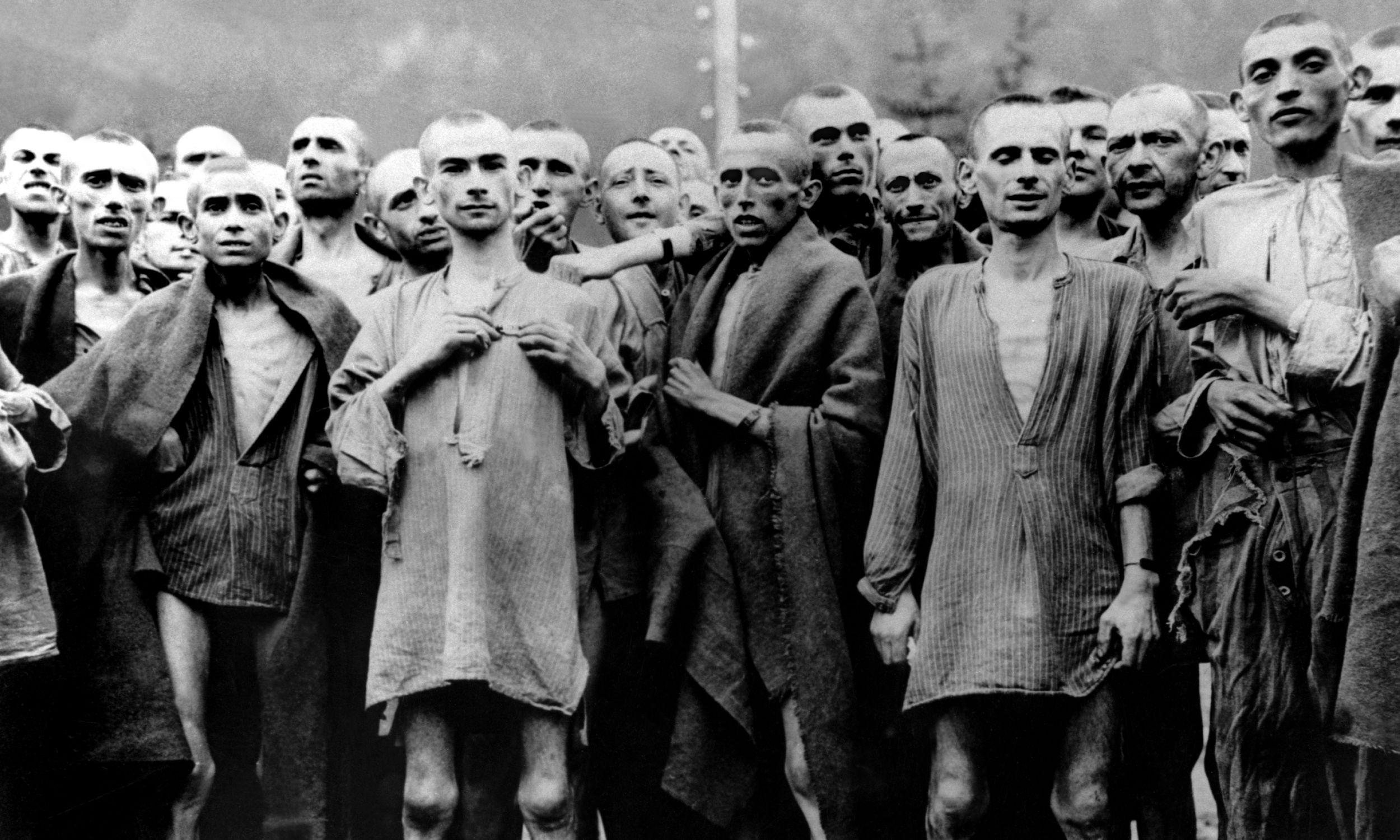 Więźniowie ewakuowani z obozu koncentracyjnego Neuengamme Hannover-Stocken 8 kwietnia 1944, którym udało się uniknąć masakry w Gardelegen. Fot. Keystone-France/Gamma-Keystone via Getty Images