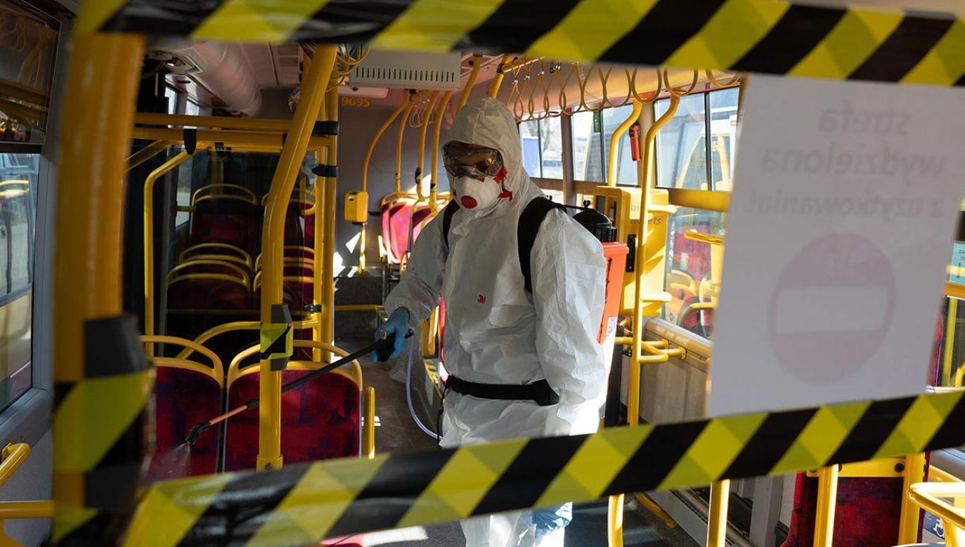 W poniedziałek liczba zakażeń koronawirusem w Polsce wzrosła o 341 (fot. Piotr Malecki/Bloomberg via Getty Images)
