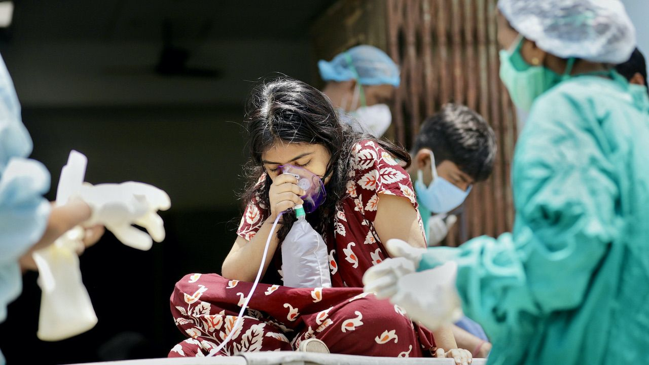 W Indiach szaleje druga fala pandemii COVID-19 (fot. PAP/EPA/P.ADHIKARY)